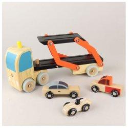 Medinis autovežis su trimis automobiliais